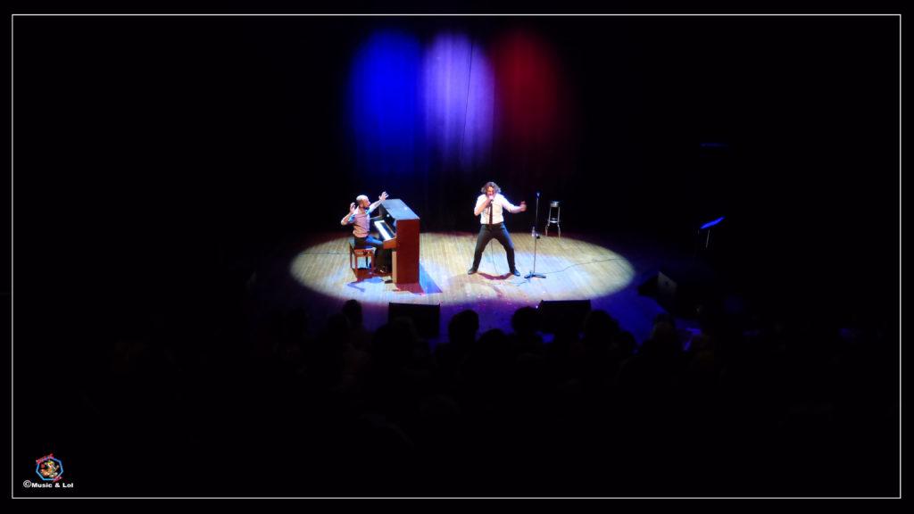 Grég Allaeys (voix) et Benoît Dendievel (Piano), vue de loin avec un public très présent