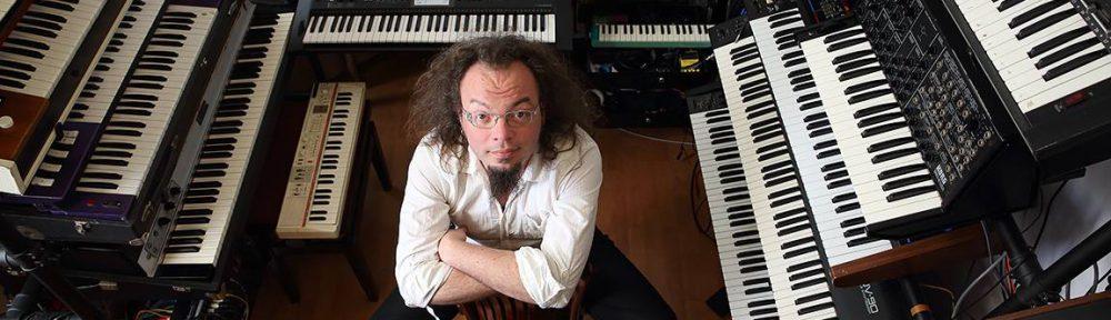 Pianiste Simon Fache entouré de pianos